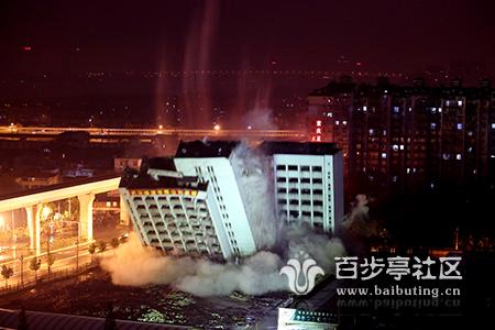 湖北云鹤大厦成功爆破 原址将建百步亭商业广场